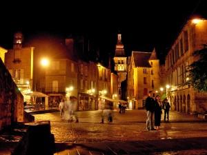 Place-de-la-Republique-Sarlat-la-Caneda-L.Viatour